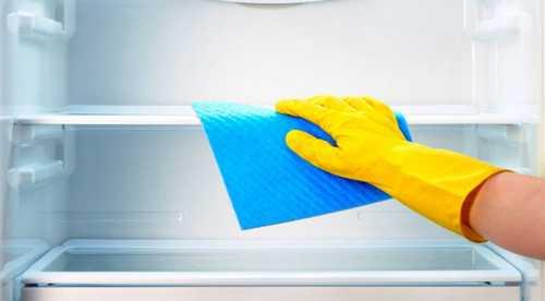 Промойте внутри холодильника выбранным чистящим средством