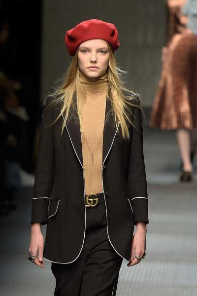 Какие шапки согреют этой зимой: модные варианты с подиумов