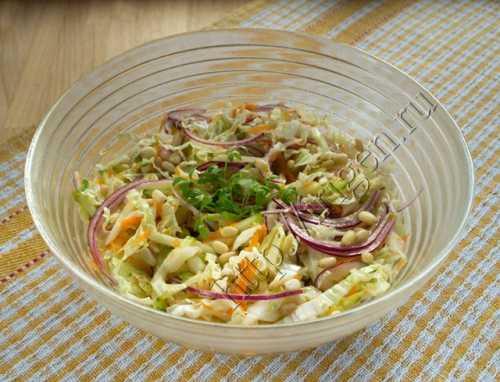 Легкий салат из пекинской капусты с кедровыми орешками