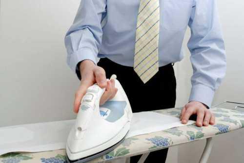 У юбки или платья сначала отглаживают верхнюю часть вырез, воротник, плечи и только потом подол