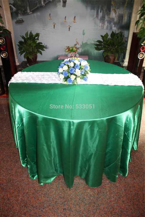 Зеленая круглая скатерть с букетом и накидки на стулья