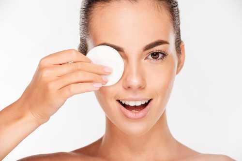 Оно предназначено для удаления косметики с кожи лица и с глаз