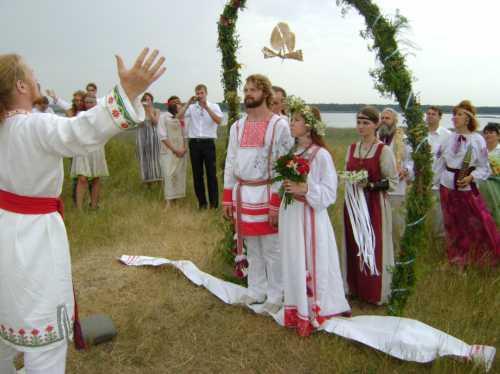 В семьях аристократов в этот день давался бал, всем гостям объявлялось о счастливом событии, а жених дарил невесте первое кольцо