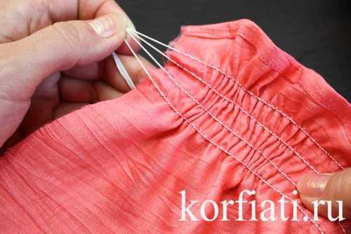 Утюжим шов юбки в этапа сначала приутюживаем шов на ребро, вот так